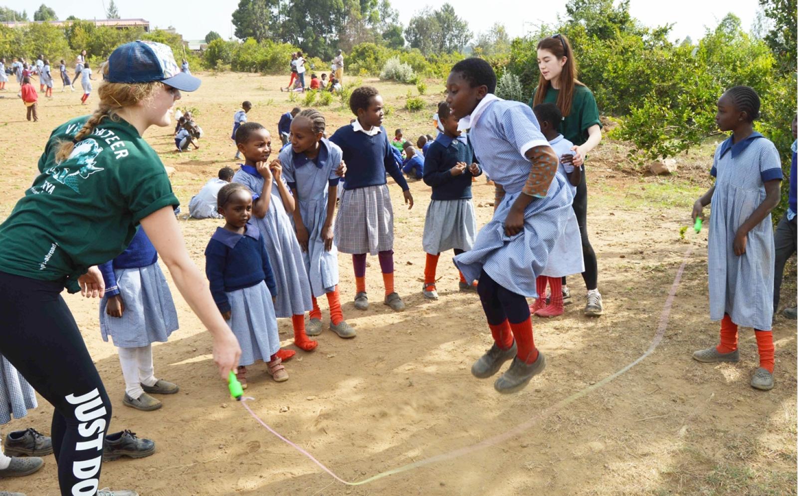 高校生のスポーツボランティアがアフリカの子供たちと長縄をする